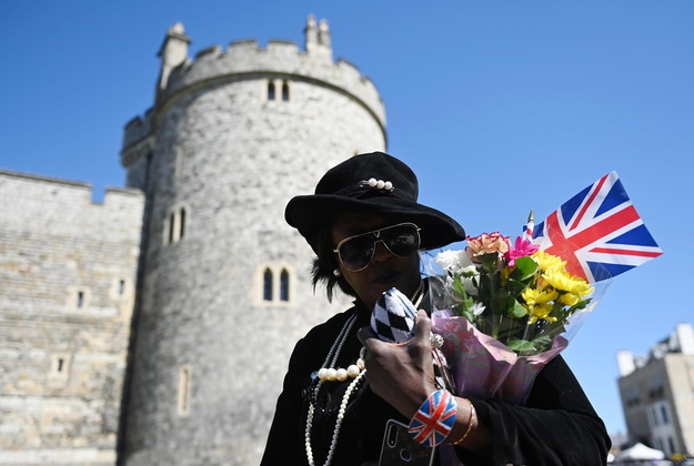 People bidding farewell to the deceased prince, bring flowers and British flags to the vicinity of the castle / NEIL HALL / PAP / EPA