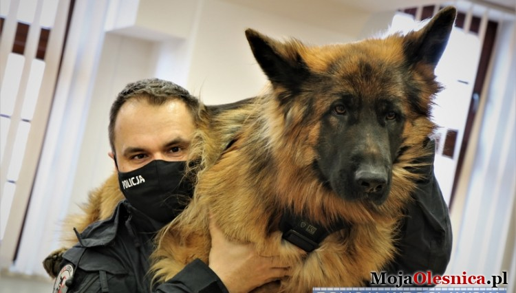 A policeman from Oleśnica demonstrates how to save the life and health of pets - Olenica