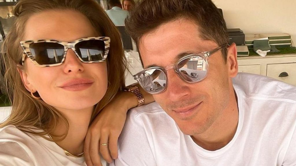 Anna and Robert Lewandowski spend time together.  What would he do without a creek?  And in the evening with a glass of wine ...